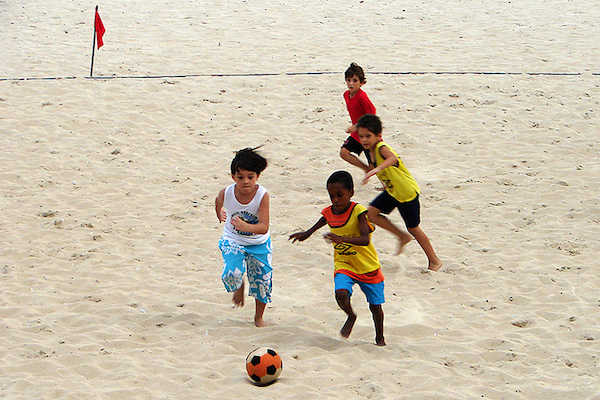 Crianças_jogando_futebol_de_areia